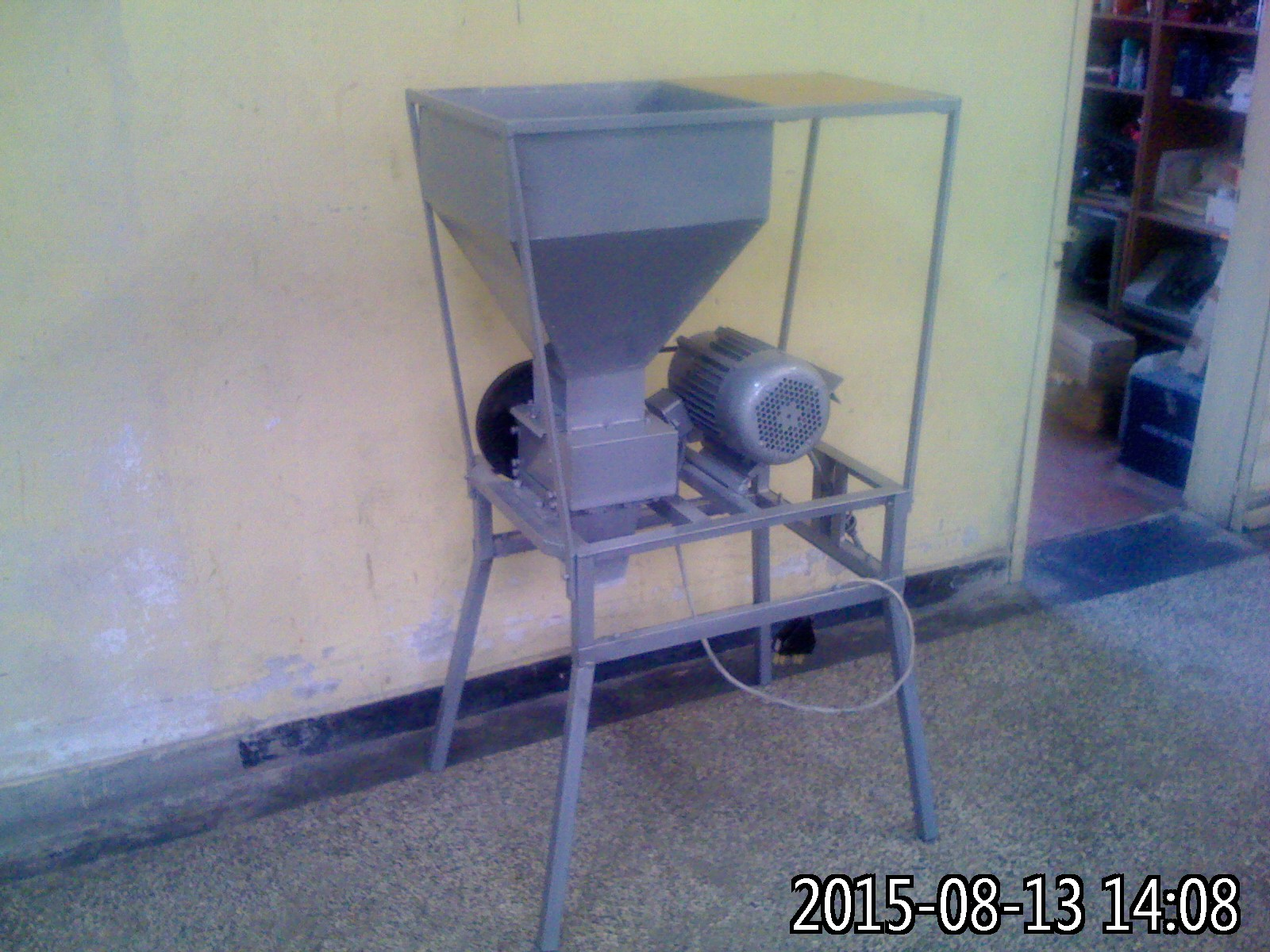 Malt mill with cover